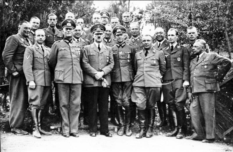 Zentralbild Faschistenführer Hitler mit seinem Stab im Hauptquartier Im Juni 1940 ließ sich Hitler mit seinem Gefolge, es ist anzunehmen, daß dieses Foto in der
