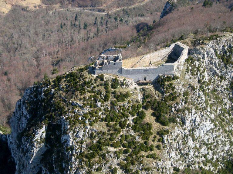 1024px-Château_de_Montségur_-_vue_aérienne.jpg