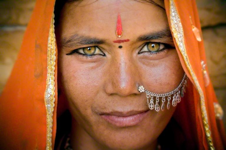 gypsy-woman-eyes-Jaisalmer-rajasthan-india-370.jpg