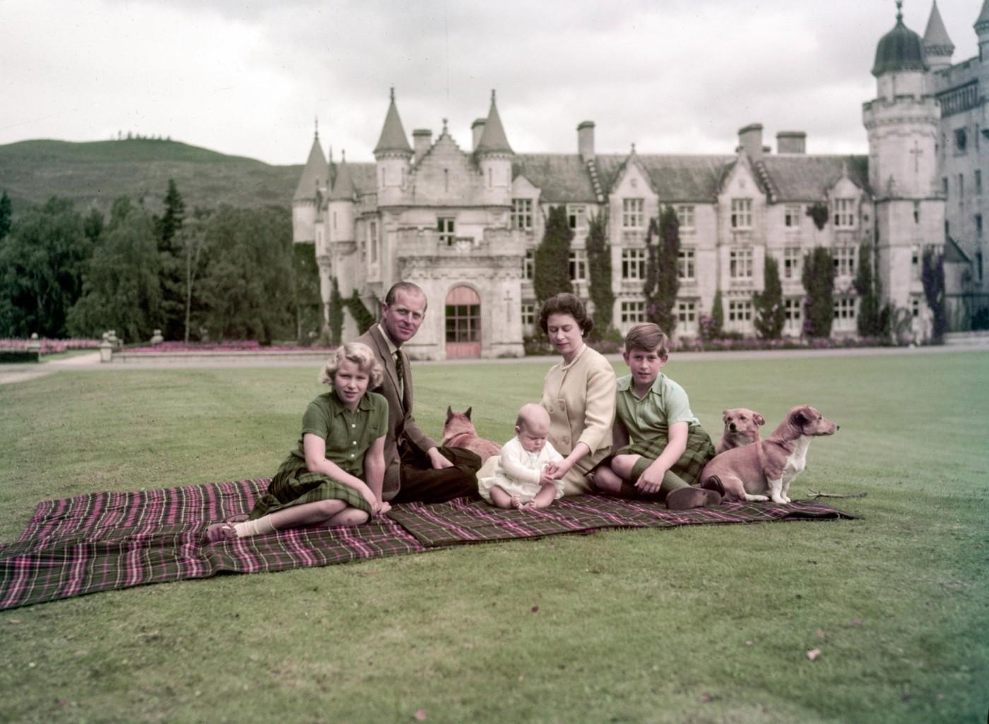 Queen-Elizabeth-at-the-Balmoral-Castle-1920x1406